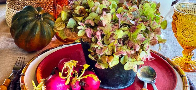Mesa de jantar decorada com flores e frutas